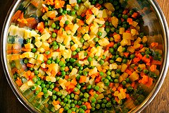 Смешать нарезанные овощи