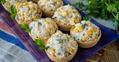 Салат в тарталетках с селедкой кукурузой и сыром
