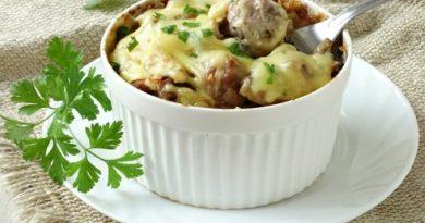 Фрикадельки под сыром, запеченные с картошкой и грибами