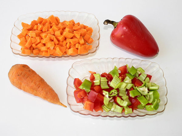 Гречка с мясом и овощами - нарезаем овощи кубиками