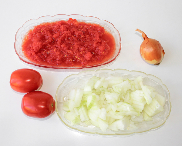 Гречка с мясом и овощами - нарезаем помидоры и лук