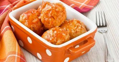 Куриные тефтели с сыром в тыквенном соусе