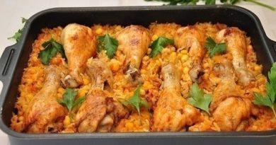 «Ленивые» куриные ножки запеченные с рисом и кукурузой