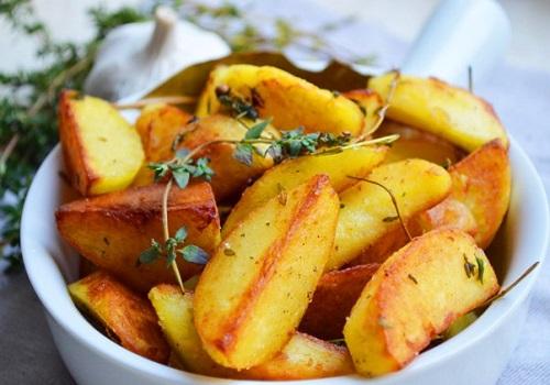 Жареный картофель с травами и чесноком