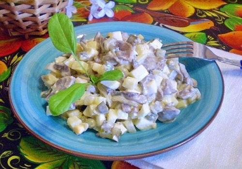 Грибной салат с солеными огурцами
