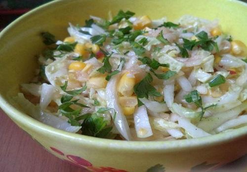 Салат из капусты, кукурузы и яблок