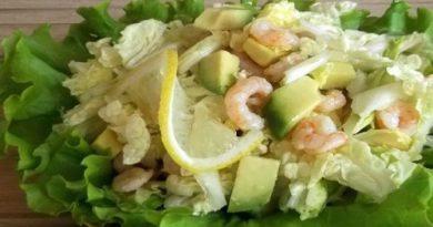 Салат из креветок, авокадо и капусты