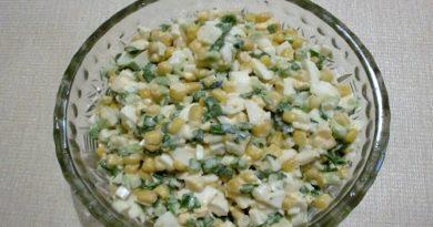 Салат из зелёного лука, кукурузы и яиц