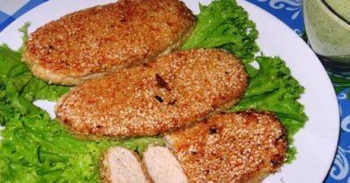 Куриные котлеты в кунжуте с соусом из черемши