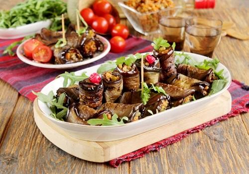 Рулеты из баклажанов с овощами и грибами
