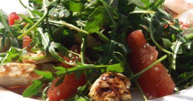 Салат с рукколой, курицей и грейпфрутом