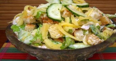 Салат с курицей огурцами и сухариками