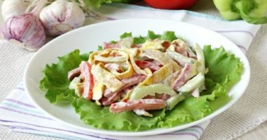 Омлетный салат с колбасой