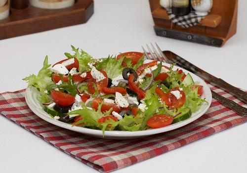 Овощной салат с брынзой и маслинами