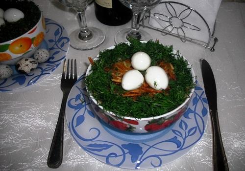 Салат «Гнездо глухаря» с куриной грудкой и грибами