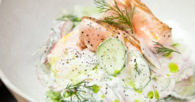 Салат из лосося и овощей