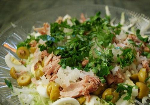 Салат из капусты с перепелиными яйцами и консервированным тунцом