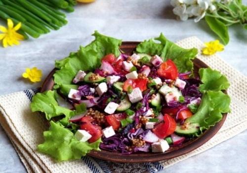Салат с краснокочанной капустой, сыром фета и овощами