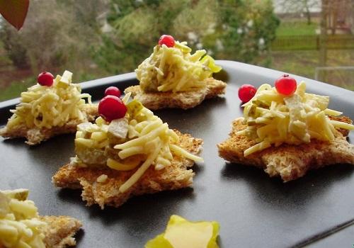 Сырная закуска с чесноком и маринованными огурцами на тостах