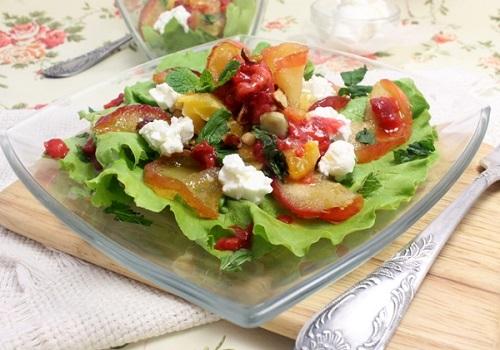 Фруктовый салат с фундуком и козьим сыром