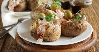 Картофель запеченный в фольге с начинкой из курицы и сыра