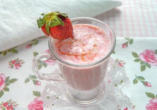 Клубничный коктейль с йогуртом и медом