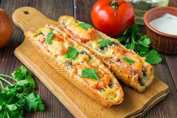 Пицца из багета с курицей и грибами