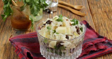 Салат из квашеной капусты с яблоком и черносливом