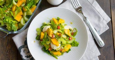 Салат с манго, рукколой и моцареллой