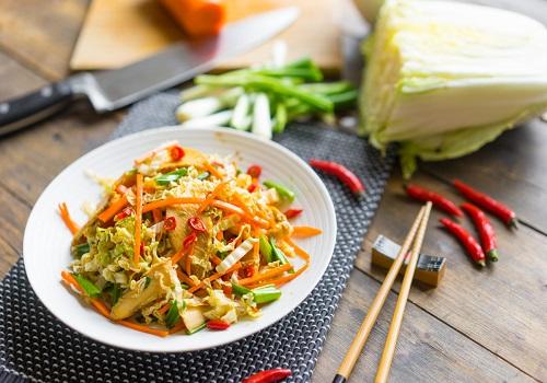 Салат с пекинской капустой, куриным мясом и вкусной заправкой