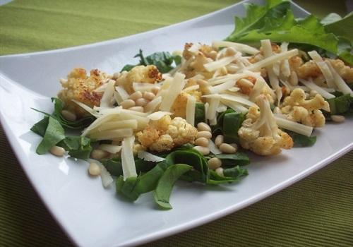 Салат из цветной капусты с сыром и шпинатом