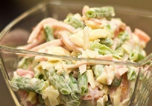 Салат со стручковой фасолью, помидорами и ветчиной