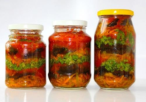 Заготовка из баклажанов, моркови и зелени с томатным маринадом