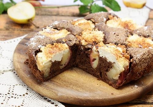 Шоколадный пирог с грушей, яблоком и творогом