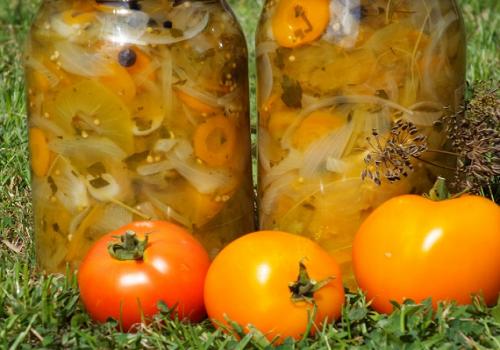 Салат из зелёных помидоров, моркови и лука на зиму