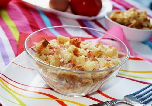 Салат «То, что надо!» с колбасой, сыром и сухариками