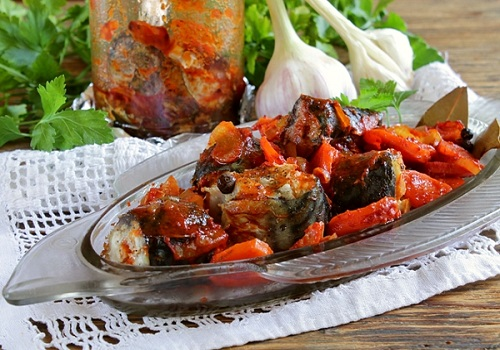 Скумбрия тушеная в банке с томатной пастой и морковью