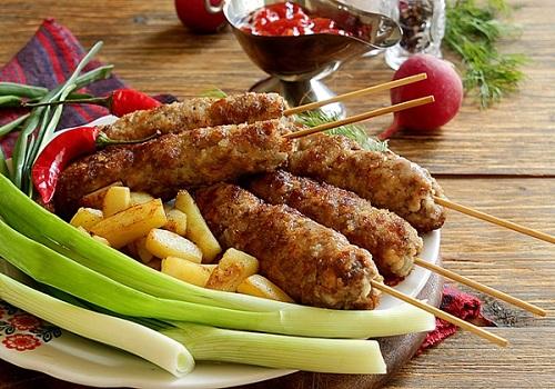 Кебаб на сковороде из говяжьего и куриного фарша