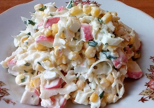 Салат с крабовыми палочками, кукурузой, капустой и яйцами