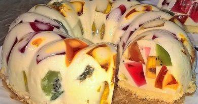 Торт Битое стекло с цветным желе и фруктами на сметане