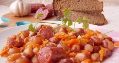 Фасоль с копчеными колбасками в томатном соусе