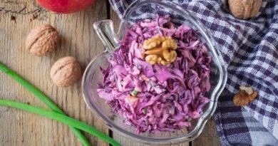 Салат из краснокочанной капусты с орехами и яблоком