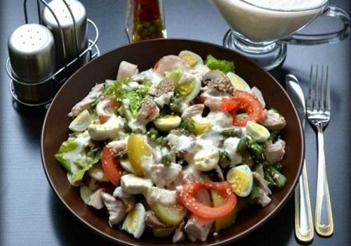 Тёплый овощной салат с курицей и грибами