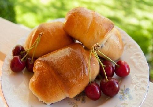 Пирожки с вишней дрожжевые в духовке