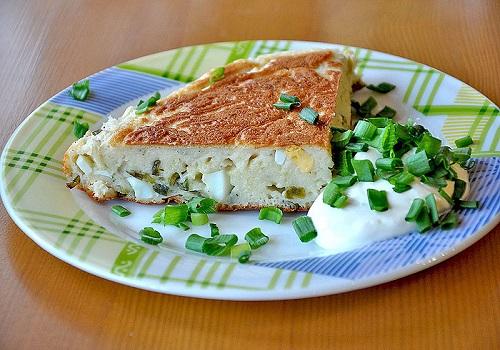 Заливной пирог с луком и яйцом на кефире