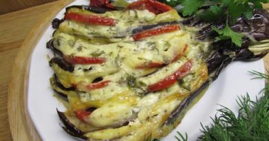 Баклажаны запечённые веером с сыром и помидорами
