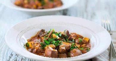 Печень говяжья с луком и грибами на сковороде