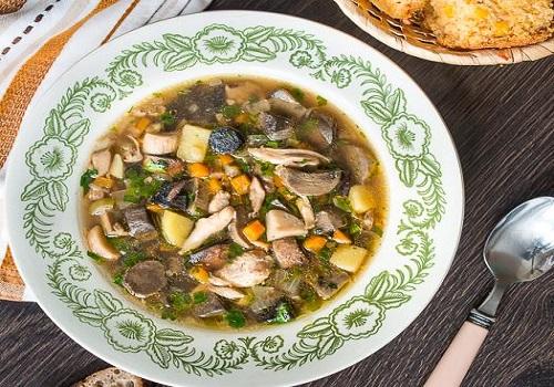 Осенний суп с лесными грибами и курицей