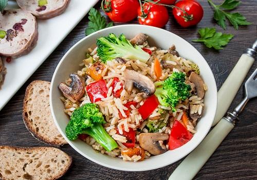 Рассыпчатый рис с овощами и грибами