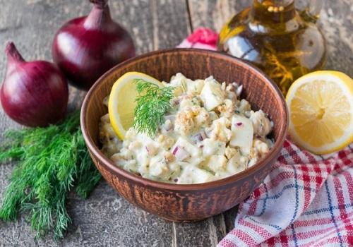 Салат из цветной капусты с сельдереем и яйцами